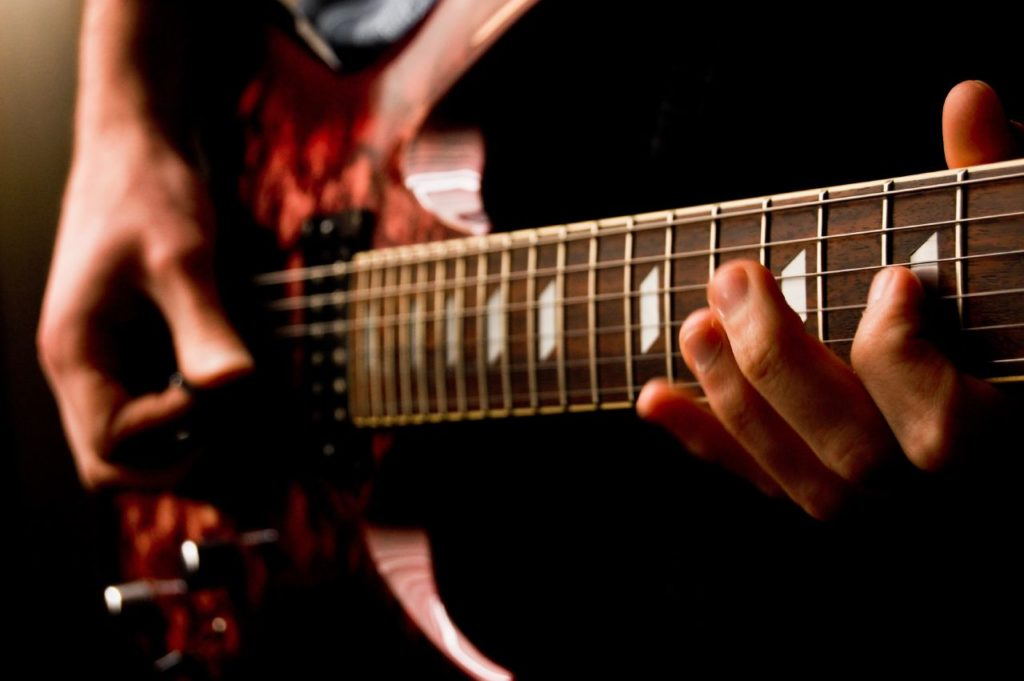 perbedaan senar gitar nylon dan string