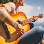 5 Cara Memilih Gitar Akustik dengan Budget Minim