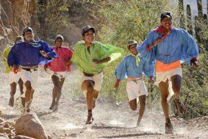 suku tarahumara sedang berlari